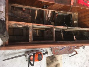 noch ist die Cockpitwand da, aber oben sind alle Sitzbänke entfernt, so langsam weiß man wo man trennen muß.
